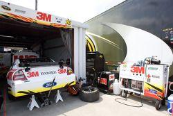 La 3M Ford deGreg Biffle attend dans le garage