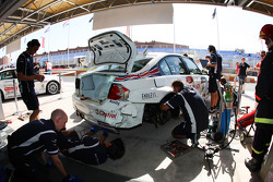 La BMW 320si d'Andy Priaulx, BMW Team UK après un crash avec Sergio Hernandez, BMW Team Italy-Spain, BMW 320si