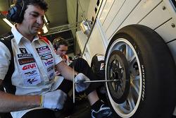 Miembro del equipo LCR Honda MotoGP en el trabajo