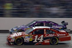 Tony Stewart, Stewart-Haas Racing Chevrolet, Jamie McMurray, Roush Fenway Racing Ford