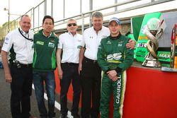 Adam Carroll (Irlande) et son équipe