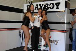 Lucio Cecchinello celebra el cuarto lugar de Randy De Puniet en compañía con encanto
