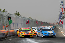 Départ : Robert Huff, Chevrolet, Chevrolet Cruze et Gabriele Tarquini, Seat Sport, Seat Leon 2.0 TDI