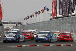 Départ : George Tanev, Scuderia Proteam Motorsport, BMW 320si, Jaap van Lagen, Lada Sport, Lada 110 2.0