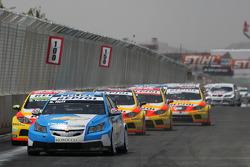 Départ : Robert Huff, Chevrolet, Chevrolet Cruze devance Gabriele Tarquini, Seat Sport, Seat Leon 2.0 TDI