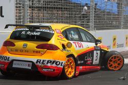 Rickard Rydell, Seat Sport, Seat Leon 2.0 TDI après un accident avec Jorg Muller, BMW Team Germany, BMW 320si et Alex Zanardi, BMW Team Italy-Spain, BMW 320si lors de la course 1