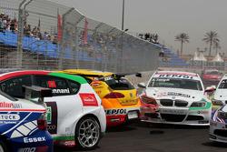 Crash de Rickard Rydell, Seat Sport, Seat Leon 2.0 TDI, Jorg Muller, BMW Team Germany, BMW 320si et Alex Zanardi, BMW Team Italy-Spain, BMW 320si durant la course 1