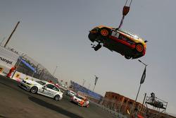 Augusto Farfus, BMW Team Germany, BMW 320si et la voiture de Rickard Rydell, Seat Sport, Seat Leon 2.0 TDI sur la grue après un crash en course 1