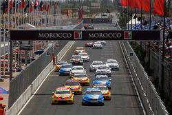 Départ: Robert Huff, Chevrolet, Chevrolet Cruze devance Gabriele Tarquini, Seat Sport, Seat Leon 2.0 TDI