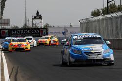 Nicola Larini, Chevrolet, Chevrolet Cruze devance Yvan Muller, Seat Sport, Seat Leon 2.0 TDI