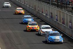 Nicola Larini, Chevrolet, Chevrolet Cruze devance Jorg Muller, BMW Team Germany, BMW 320si