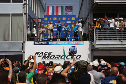 Podum: Yvan Muller, Seat Sport, Seat Leon 2.0 TDI, Nicola Larini, Chevrolet, Chevrolet Cruze and Rob