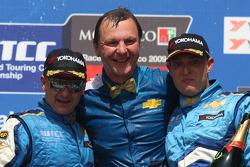Podium: winner Nicola Larini, Chevrolet, Chevrolet Cruze, Eric Neve, Team Manager Chevrolet and Rob