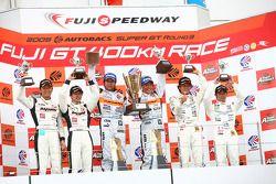 GT300 podium: class winners Morio Nitta and Shinichi Takagi, second place Takayuki Aoki and Tomonobu