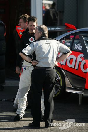 Jamie Whincup discutant avec Tom Walkinshaw
