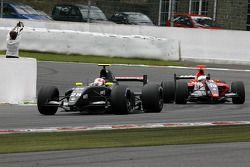 N°28 RC Motorsport: Pasquale Disabatino, N°19 Mofaz Fortec Motorsport: Fairuz Fauzy