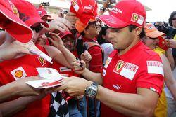 Felipe Massa, Scuderia Ferrari, firma autógrafos para los aficionados