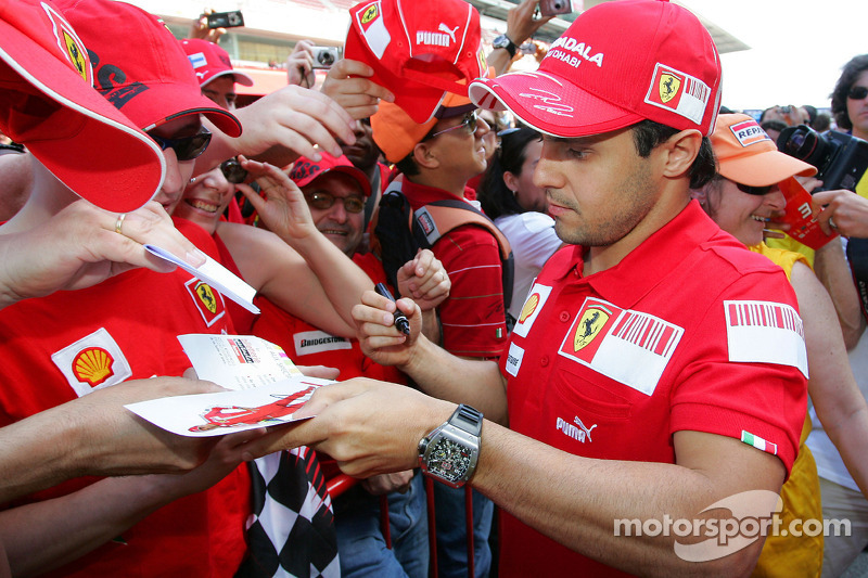 Felipe Massa, Scuderia Ferrari, dá autógrafos a fãs