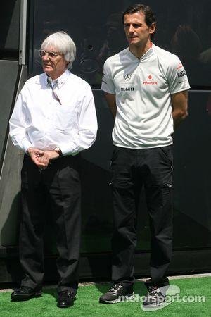 Bernie Ecclestone en Pedro de la Rosa, testrijder McLaren Mercedes