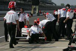 Le Team Penske rassemblé autour de la monoplace d'Helio Castroneves
