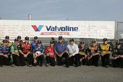 Le légendaire chef mécano Dale Inman est accompagné par le les chef mécanos du Team Valvoline, du Richard Petty Motorsports et du Roush Fenway Racing; la Valvoline Dodge N°43, pilotée par Reed Sorenson, lui rend hommage ainsi qu'à tous les chefs mécano