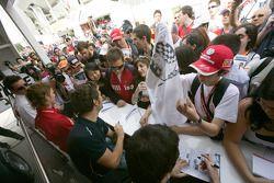 Roldan Rodriguez signe des autographes pour les fans