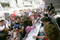 Dani Clos, Roldan Rodriguez et Alvaro Parente signent des autographes