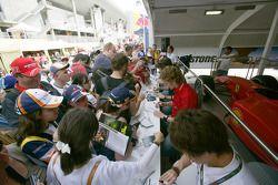Kamui Kobayashi, Dani Clos, Roldan Rodriguez et Alvaro Parente signent des autographes pour les fans espagnols