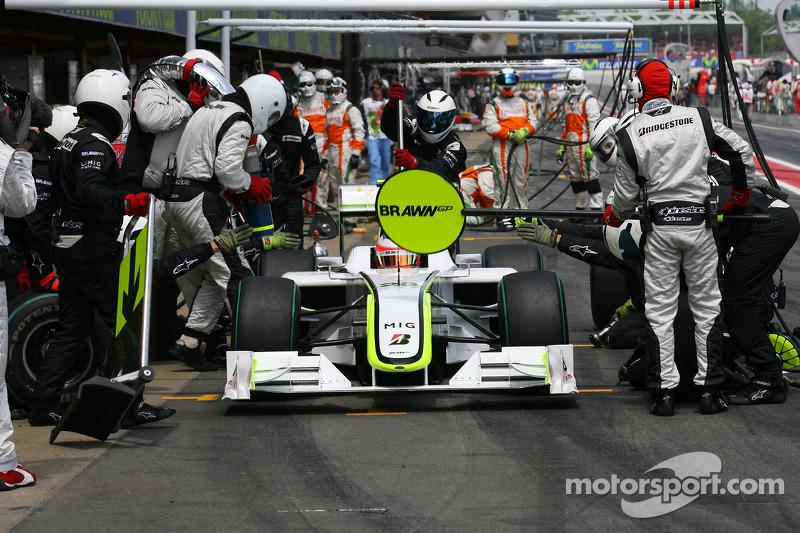 Дальше было только хуже. Сбой заправочной машины стоил бразильцу пяти лишних секунд – и теперь Баррикелло занимал в гонке только пятое место