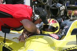 Brian Barnhart, Director de la competencia de la Indy Racing League da instrucciones a Sarah Fisher,