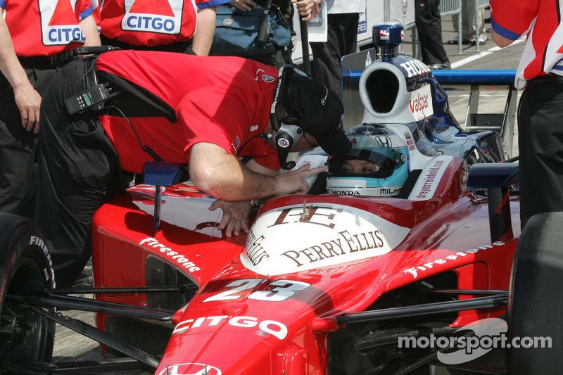 Milka Duno, Dreyer & Reinbold Racing recibe instrucciones de Brian Barnhart, Director del certamen, Indy Racing League