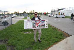 Le président et COO de l'IMS Joie Chitwood et une réplique du ticket des 500 Miles d'Indianapolis 20
