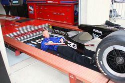 Un officiel de l'Indy Racing League sur le point d'inspecter l'arrière d'une monoplace pour la vérif