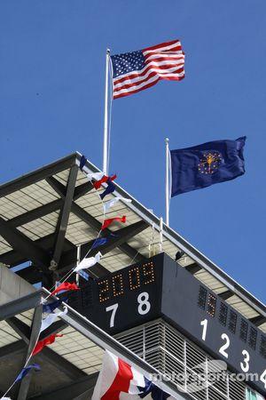 Le drapeau américain et de l'Indiana flottent sur le toi de la pagoda