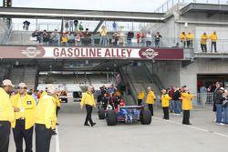 Sur la Gasoline Alley, la voie est libre pour la monoplace N°6 de Ryan Briscoe pour rentrer aux stands
