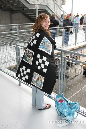 Un fan s'échauffe avec une couverture parsemée d'images de Danica Patrick