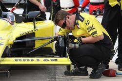 Miembro del equipo de Sarah Fisher Racing en el trabajo