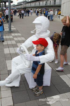 Un jeune fan avec une statue vivante