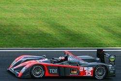 L'Audi R10 TDI N°15 (Christijan Albers, Christian Bakkerud, Giorgio Mondini) s'approche de la chican