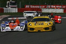 La Lola B09/86-Mazda N°39 (Francesco Sini, Matthew Marsh, Hideki Noda) et la Ferrari F430 GT N°81 (Maurice Basso, Roberto Plati, Gianpaolo Tenchini)