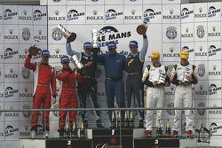 Podium LMGT2 podium: les vainqueurs Marc Lieb, Richard Lietz, Horst Felbermayr Sr (exclus par la suite pour non-conformité technique), deuxièmes Antonio Garcia, Léo Mansell ; troisièmes Robert Bell, Gianmaria Bruni