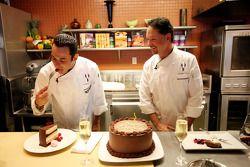 Le poleman de l'Indy 500 Helio Castroneves reçoit des leçons de cuisine à Dallas par le chef renommé