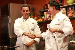 Le poleman de l'Indy 500 Helio Castroneves reçoit des leçons de cuisine à Dallas par le chef renommé Stephan Pyles