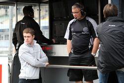 Paul di Resta, Team HWA AMG Mercedes C-Klasse observe son ancienne équipe de F3 Manor Motorsport