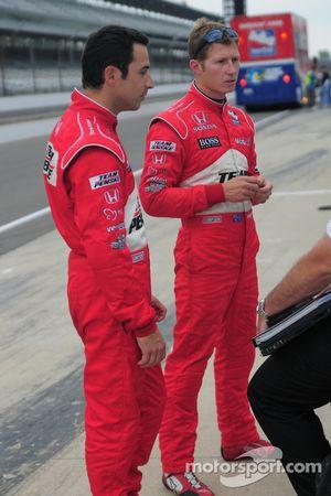 Helio Castroneves, Penske Racing et Ryan Bricoe, Penske Racing après les essais