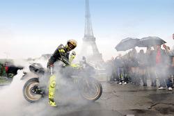 Valentino Rossi, Fiat Yamaha Team, hace un quemado de llantas delante de la Torre Eiffel en París