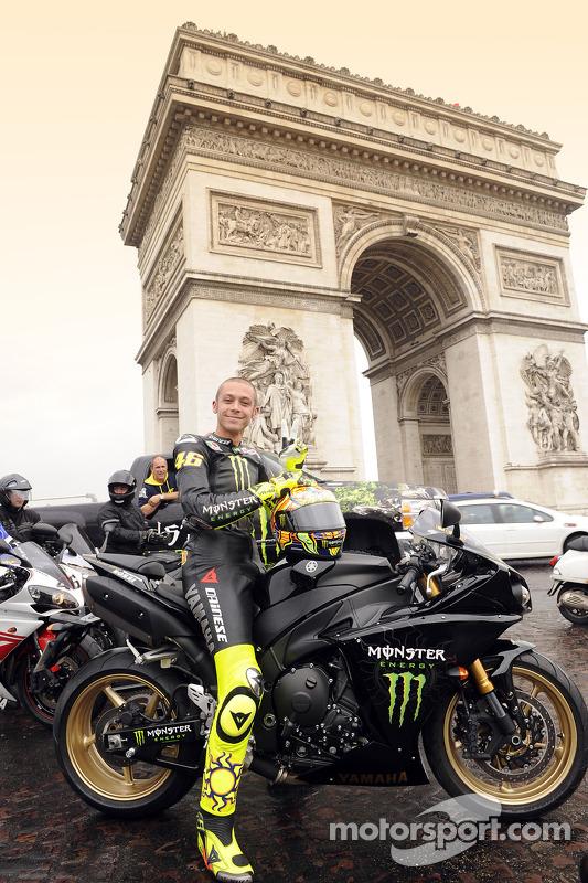 Valentino Rossi, Fiat Yamaha Team, ante el arco del triunfo en París