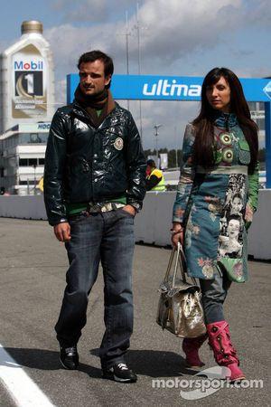 Vitantonio Liuzzi, pilote d'essais Force India et sa petite amie rendent visite au DTM en tant qu'invités de Colin Kolles