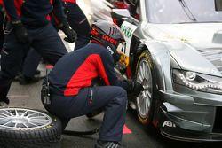 Un mécanicien d'Audi pendant un pitstop de Katherine Legge, Audi Sport Team Abt Audi A4 DTM