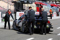 La voiture de Tomas Kosta, Kolles TME, Audi A4 DTM est poussée dans son garage